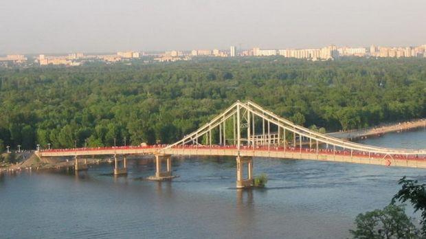 На мост авто заехало с Труханового острова, который также закрыт для проезда автомобилей / golos.ua