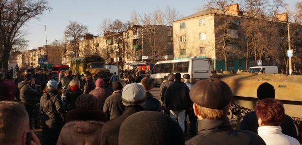 Жители Константиновки забрасывают камнями машины ВСУ / фото Vladymyr Berezin