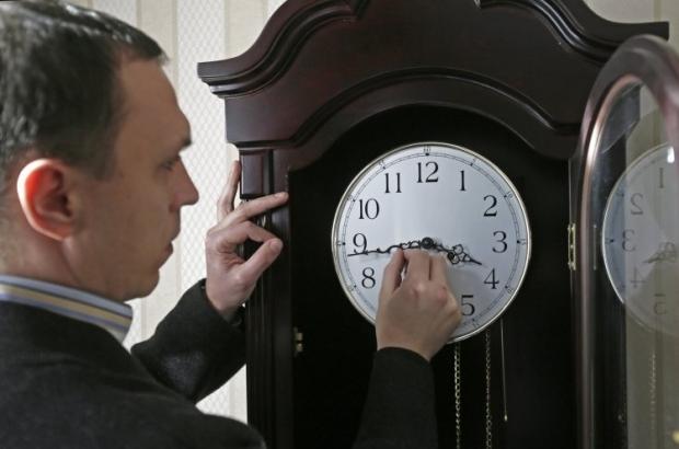 В ночь с 27 на 28 октября в 4.00 стрелки часов нужно перевести на час назад / фото УНИАН