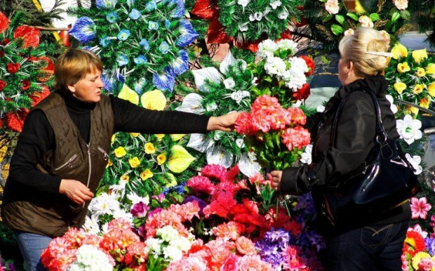 Накануне поминальных дней украинцам посоветовали не покупать искусственные цветы \ Фото УНИАН
