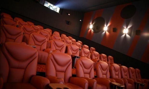 В уряді сказали, коли будуть виводити з карантину кінотеатри / REUTERS