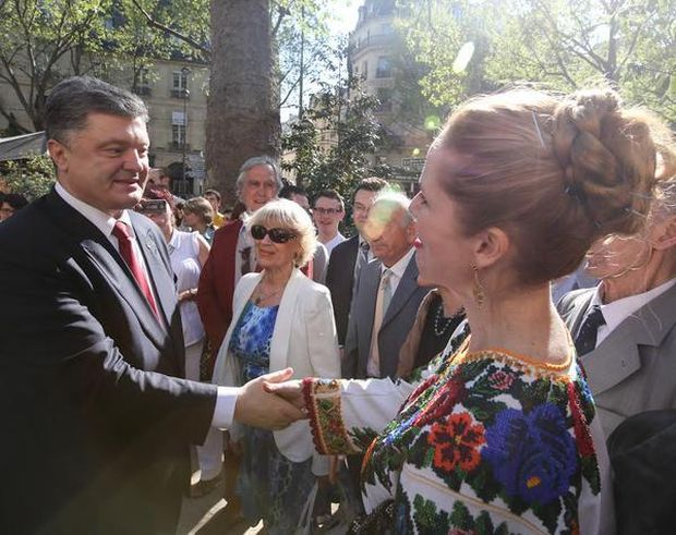Many of Ukrainians who came to welcome Poroshenko were wearing national Ukrainian embroidered shirts / Photo from twitter.com/APUkraine