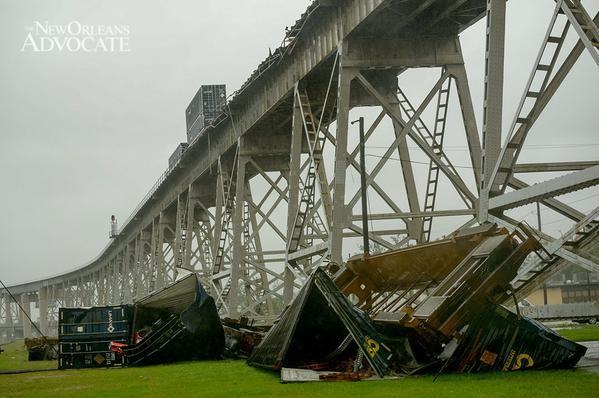 В США шквальный ветер сдул с моста поезд / twitter