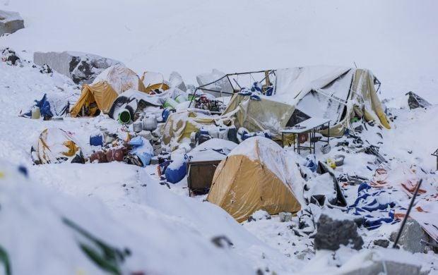 Разрушенный палаточный лагерь на Эвересте / REUTERS