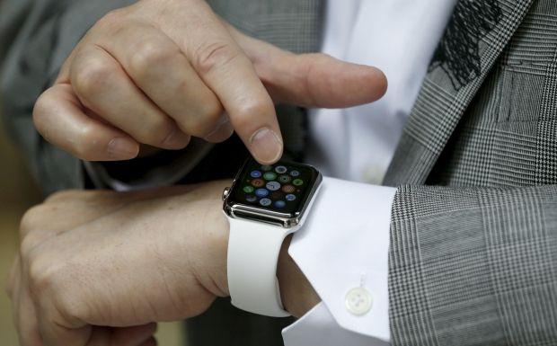 Умные часы могут считывать пульс и принимать звонки / REUTERS