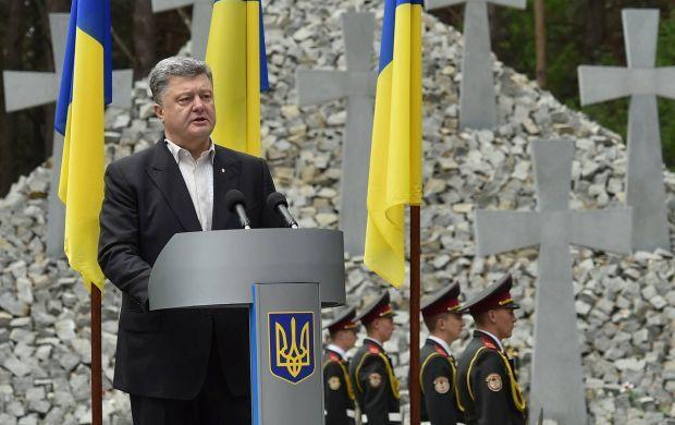 Poroshenko says he signed a package of law on decommunisation / Photo from facebook.com/petroporoshenko