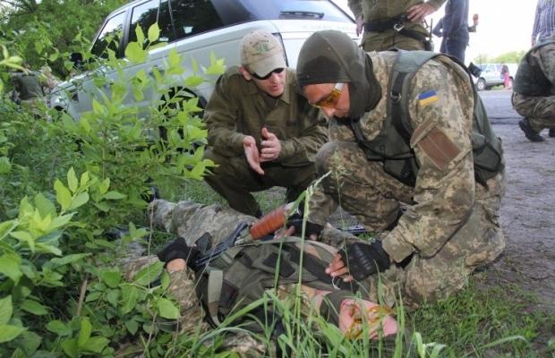 Інструктор Денис Сурков проводить тренінг з тактичної медицини для бійців 74-го окремого розвідувального батальйону, у Дніпропетровській області, тактична медицина / Фото: УНІАН