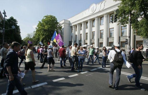 Депутаты покидают Раду по подземным ходам из-за протестов