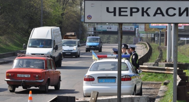 Українець виклав відео величезного провалу на місці щойно відремонтованої дороги у Черкасах / фото УНІАН