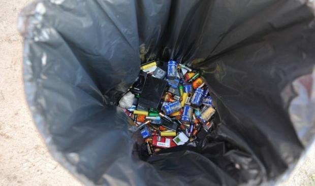 Новий контейнер для небезпечних відходів має кілька відсіків: для ламп і батарейок \ Фото УНІАН