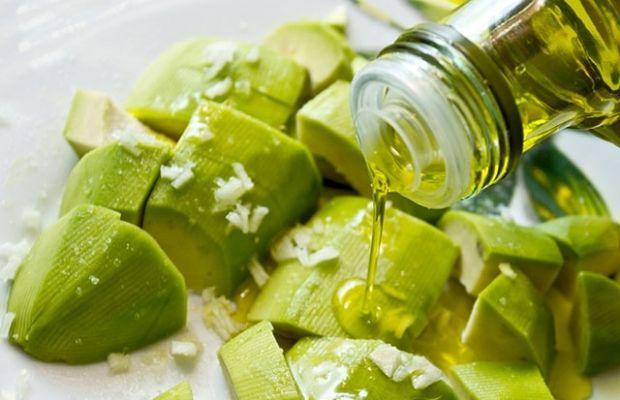 Авокадо лучше выбирать спелый - он будет слегка мягкий / фото newsru.co.il