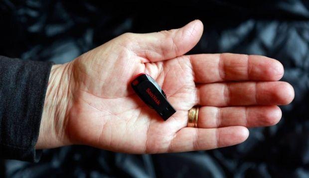 Люди часто подключают неизвестные USB-накопители к своим компьютерам, свидетельствуют результаты исследований/ REUTERS
