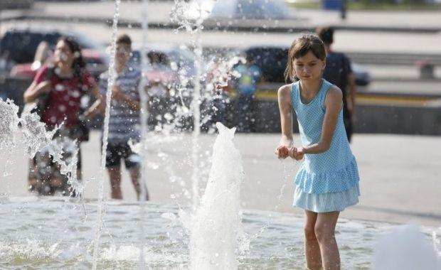 Купание в фонтане в жару / Фото: УНИАН