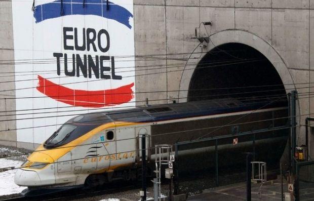 Поезд выезжает из туннеля под Ла-Маншем / REUTERS