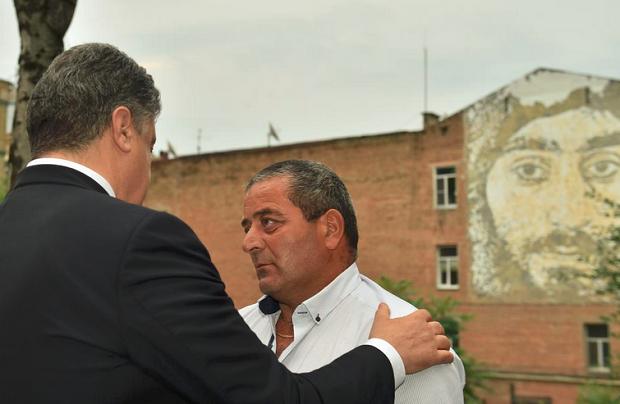 President Poroshenko with Nigoyan's father / Photo from @poroshenko