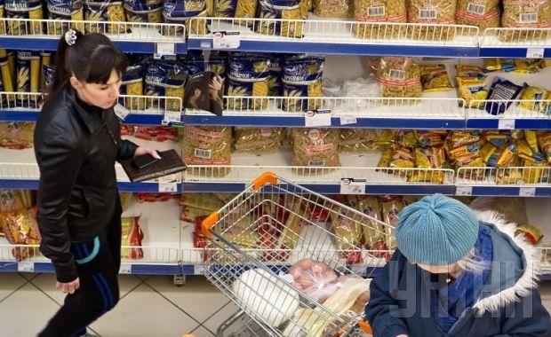 35% респондентов ответили, что семейного бюджета им хватает на питание / Фото: УНИАН