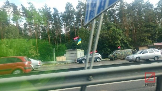 A checkpoint being set up on Kyiv-Zhytomyr highway / Photo from theinsider.ua