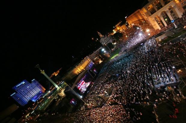 Люди на Майдані під час концерту Елтона Джона