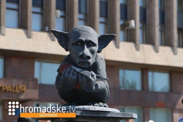Памятник российской пропаганде - Путин с русскоязычным снегирем / facebook.com/hromadsketv
