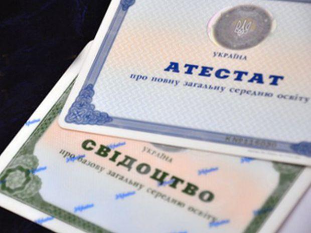 Депутати зазначають, що в новоприйнятому законі порушуються конституційні права осіб, які належать до національних меншин / фото tonis.ua
