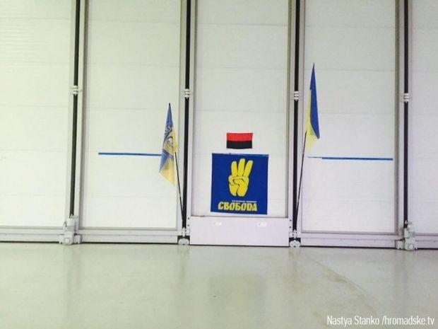 Svoboda party paraphernalia spotted at the base / hromadske.tv