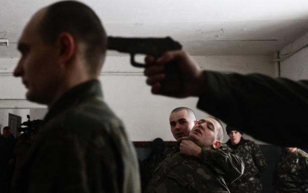 Военнослужащие во время условного задержания / Фото УНИАН