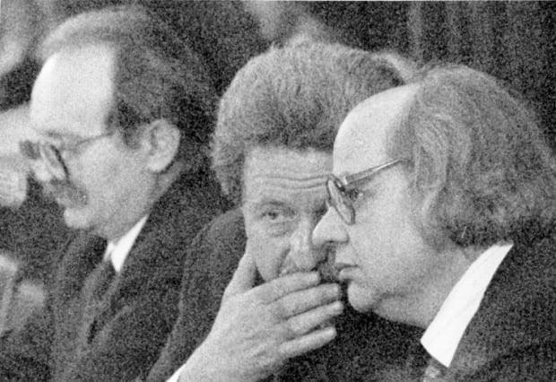Слева направо - первые лидеры Народного Руха Украины, бывшие политзаключенные - Вячеслав Чорновил, Михаил Горынь и Иван Драч на учредительном съезде Руха. Датой создания НРУ считается 8-10 сентября 1989 г.