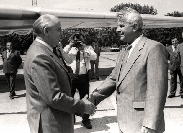 Президент СССР Михаил Горбачев пожимает руку Председателю Верховного Совета Украины Леониду Кравчуку в Борисполе 1991 г.