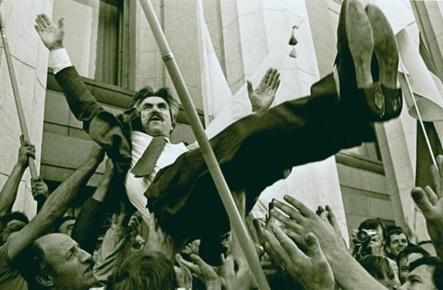 Люди подбрасывают кверху диссидента Левка Лукьяненко, приветствуя провозглашение Украины независимым государством, у здания парламента Украины в Киеве 24 августа 1991г