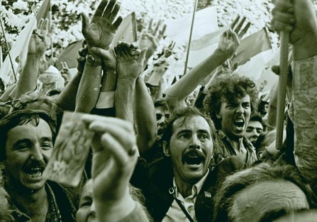 Люди радуются с провозглашением Украины независимым государством у здания парламента Украины в Киеве 24 августа 1991г.