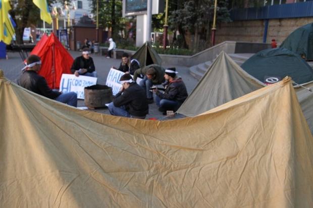 Активисты Украинской Народной Партии греются возле костра во время проведения акции