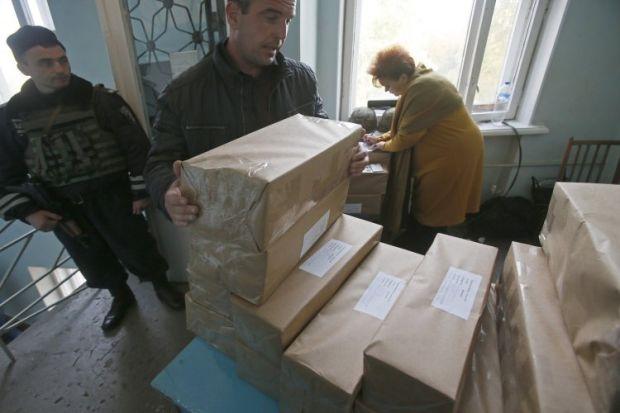 Упаковки с избирательными бюллетенями / фото: УНИАН