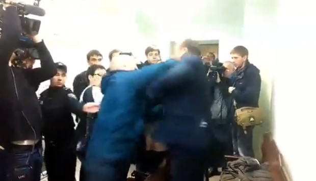 Dobkin gets beat up in court  / Youtube / Ukrainska Pravda