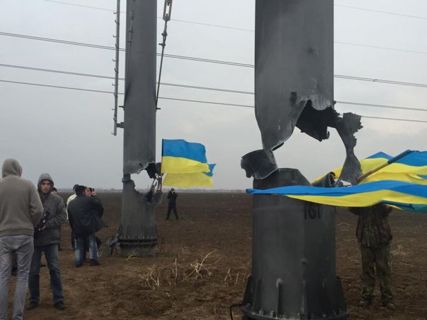 The damaged eletricity pylons near the Crimean border have been destroyed in new blasts / Photo from facebook.com/kivailya