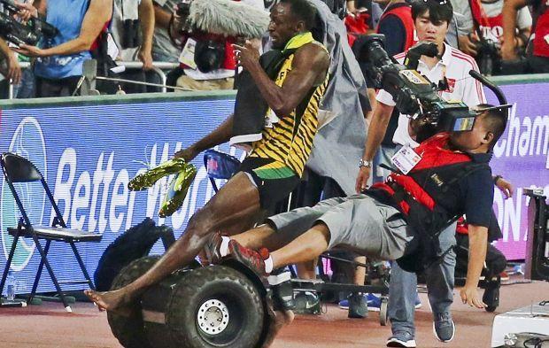 dc2fa4588657db ... в той час як спортсмен святкував перемогу в чоловічому забігу на 200  метрів на Чемпіонаті світу на Національному стадіоні в Пекіні, Китай, ...