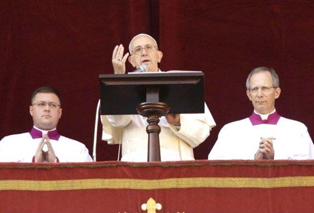 Папа Франциск промовляє з лоджії ватиканської базиліки святого Петра 25 грудня 2015 р. - AP