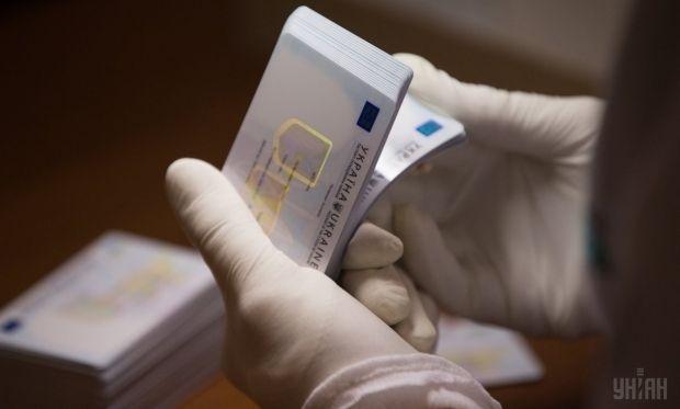 ID-карта используется в Украине наравне с предыдущим образцом паспорта / фото УНИАН