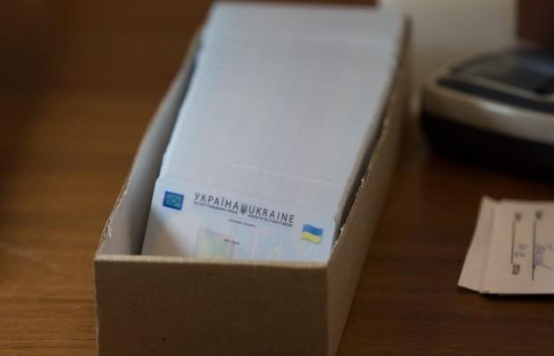 В Украине будут менять паспорта-книжечки на пластиковые / фото УНИАН