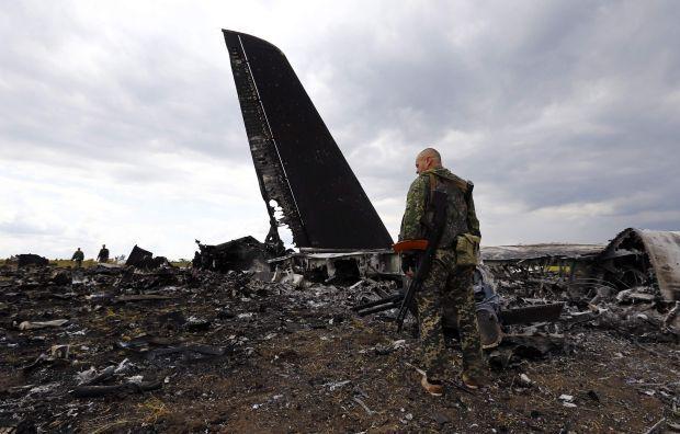 Обломки самолета Ил-76, сбитого под Луганском / REUTERS