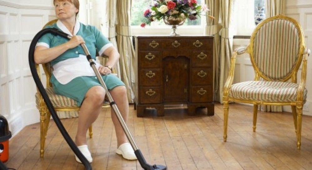 Попу предметами уборщица и начальница симпатичная