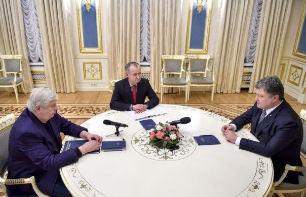 Shokin (left) is no longer prosecutor general  / Photo from president.gov.ua