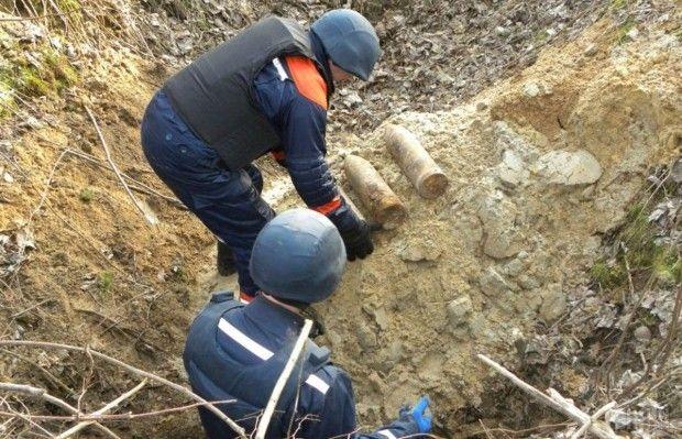 Фахівці вилучили та знешкодили боєприпаси, знайдені на території школи / Фото УНІАН
