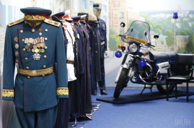 Образцы формы в выставочной зале музея / Фото УНИАН