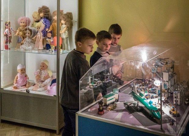 Дети рассматривают экспонаты в Государственном музее игрушки / Фото УНИАН