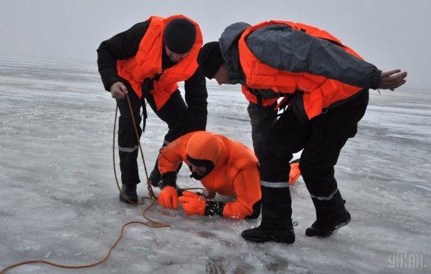 Спасатели вытягивают человека из воды / Фото: УНИАН