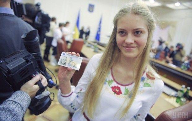 Тепер паспорт у вигляді ID-картки можуть отримати всі бажаючі / фото УНІАН