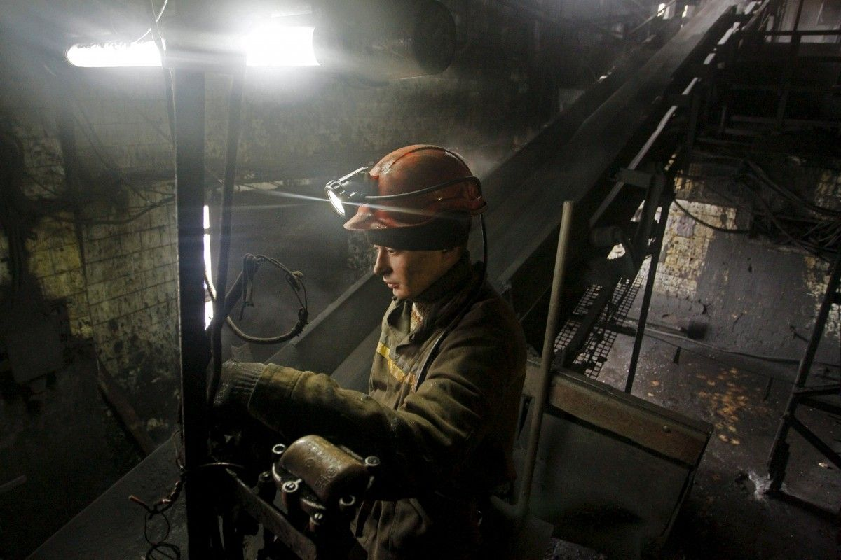 Шмыгаль пообещал в ближайшее время выплатить долги по зарплате шахтерам / REUTERS