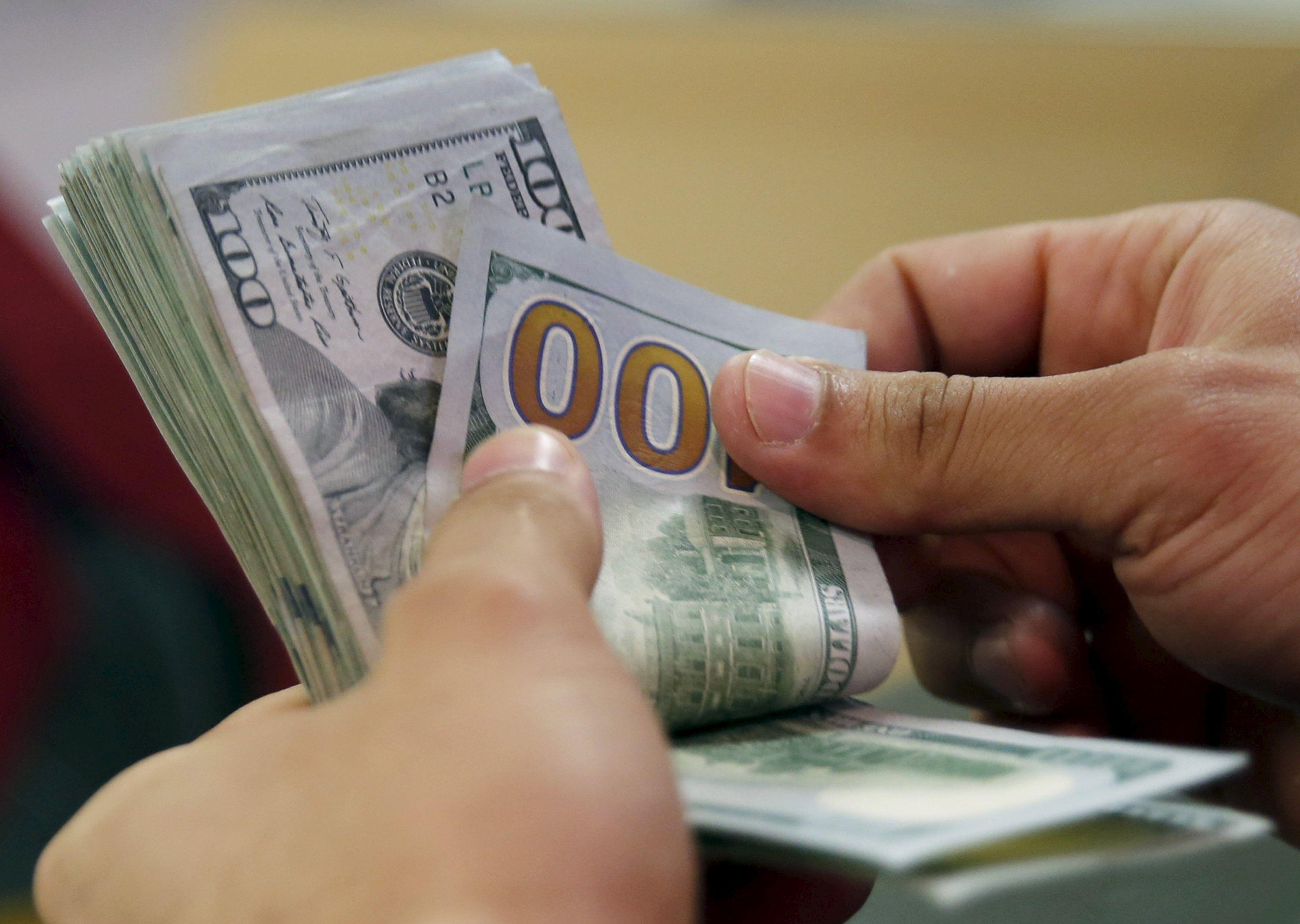 По отношению к доллару гривня ослабла на 8 копеек/Иллюстрация REUTERS