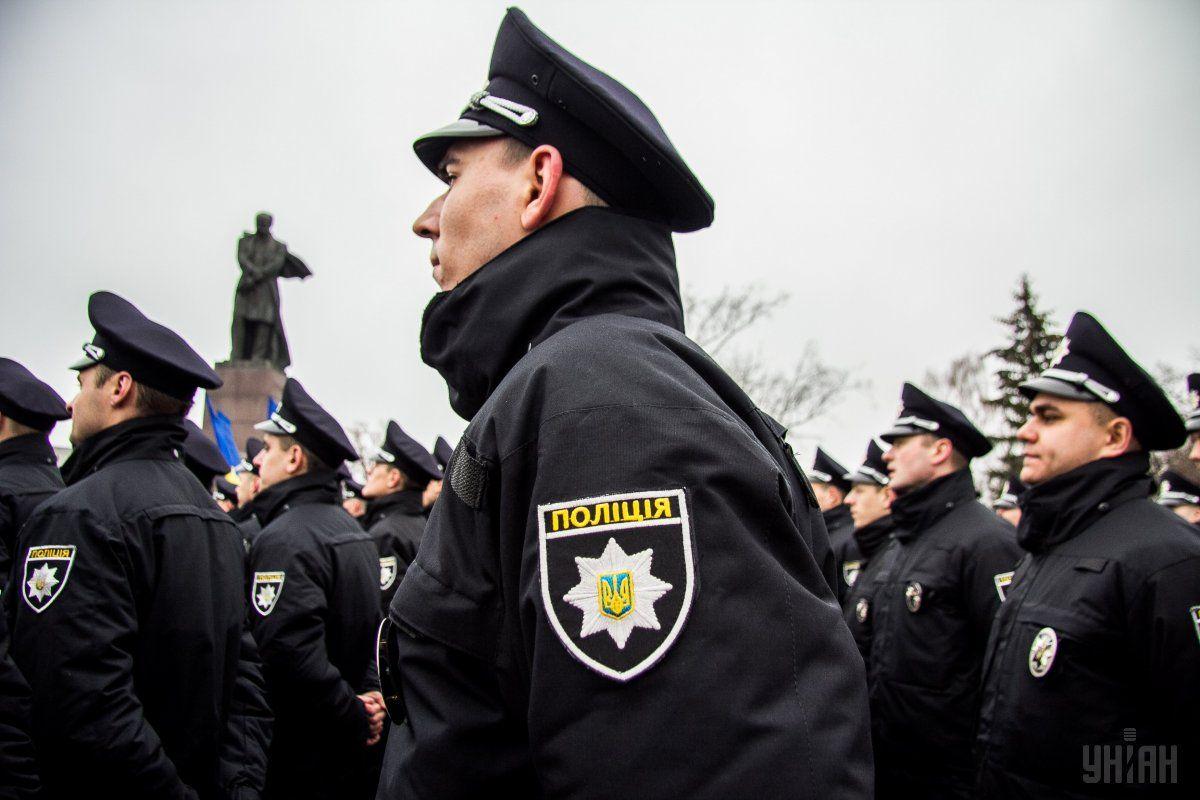 Полицейские получать электрошокеры / Фото УНИАН