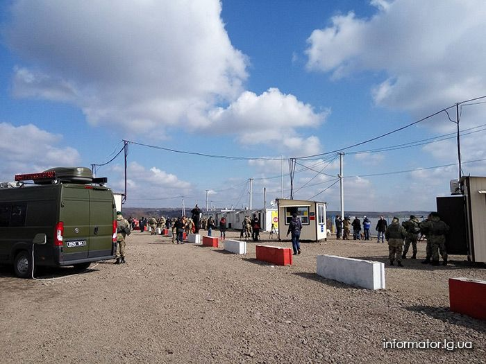 Zolote checkpoint / informator.lg.ua